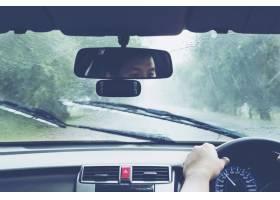 驾驶汽车在大雨的人_3805690