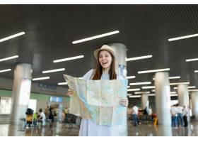 拿着纸地图搜寻途程和等待在大厅的大厅的_15792175