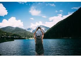 旅游拍摄自然风景照片使用他的智能手机_11277954
