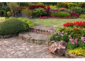 五颜六色的花在庭院里_1273869