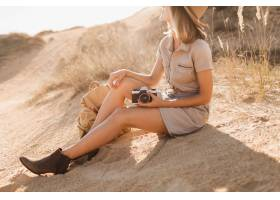 关闭在鞋子的腿时髦的妇女时尚细节在沙漠_14105375