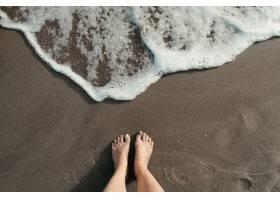 站立在海灘的一個人的大角度射擊在海泡夫附_15915055
