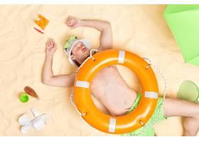 男子在海灘睡著了肚子里的溫暖的白色沙子_16074494