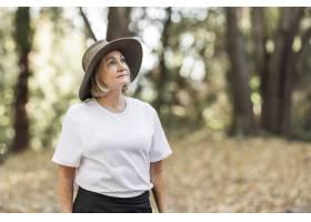 白色T恤杉的妇女欣赏森林的秀丽_15846100