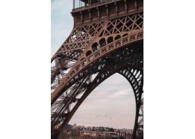 著名艾菲爾鐵塔的垂直的射擊在巴黎法國_15914864
