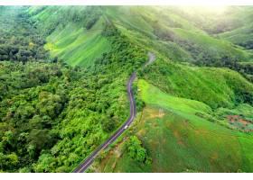美丽的天空路鸟瞰图在山顶部的与绿色密林在_13249908