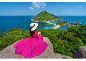 美丽的女孩坐观点在酸值南源岛海岛附近苏_13249957