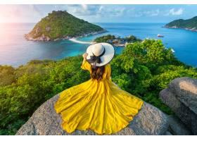 美丽的女孩坐观点在酸值南源岛海岛附近苏_13249970
