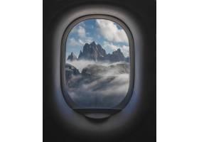 美丽的射击山和多云天空从平面窗口里面_9971653