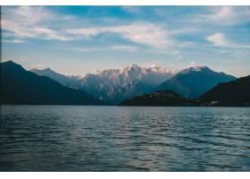 美丽的射击海和落矶山脉在一段距离与在天空_7822790