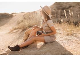 卡其色礼服的可爱的时髦的少妇在沙漠旅行_14105558