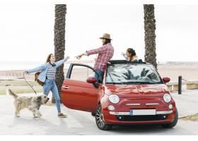 在汽车问候妇女的夫妇有户外的狗_3775762