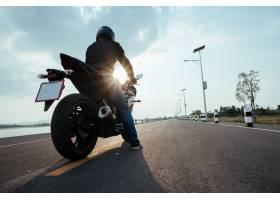 在路骑马的骑士摩托车开心驾驶空道_4670727