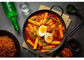 在黑委员会背景的俗气tokbokki韩国传统食物_13902873