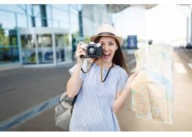 年輕驚訝的旅游者旅游婦女在減速火箭的葡萄_15785595