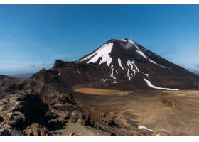巖石風景的美好的射擊與小山的在背景在藍天_15915179