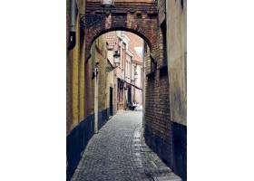 布魯日的狹窄的街道的垂直的射擊在比利時與_16225223