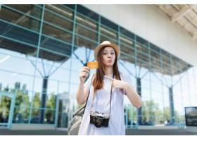帽子的年輕旅客旅游婦女有減速火箭的葡萄酒_15791613