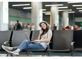 年轻梦幻般的旅行者旅游妇女在笔记本电脑上_15795277