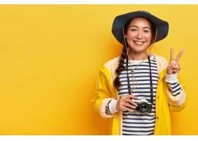 微笑的女性旅行者制作和平姿态拍摄与减速_12698672