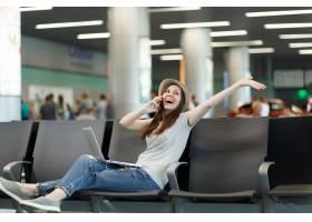 快乐的旅行者旅游妇女在膝上型计算机谈话在_15795328