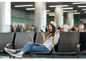 惊讶的旅行者旅游妇女在笔记本电脑上工作_15795375