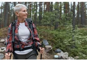 愉快的欧洲女性领抚恤金者室外画象有背包和_11555972