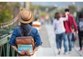 手上的女游客有一个愉快的旅行地图_3953408