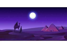 贝都因子在骆驼上散步到埃及金字塔在晚上沙_12332070