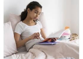 检查她的笔记的女孩在学校_14277362