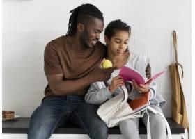 父亲和女儿坐厨房柜台_14277336