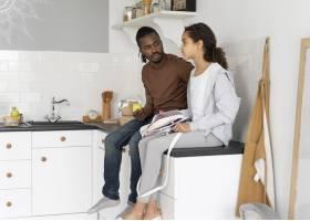 父亲和女儿坐厨房柜台_14277347