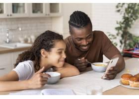 看在电话的女儿和父亲一个录影_14277328