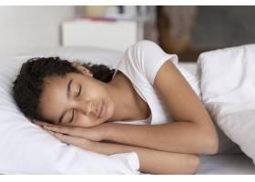 睡觉前的小女孩在上学前_14277304