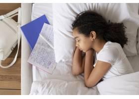 睡觉前的小女孩在上学前_14277357