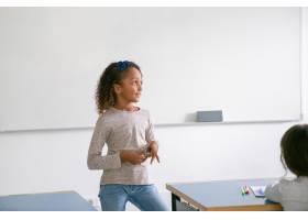 站立在类前面的白板的沉思微笑的非裔美国人_13996228