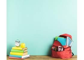 背包和教科书在桌子上_4904990