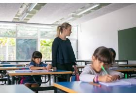 观看主要女教师的严肃的女老师做他们的任务_13996295