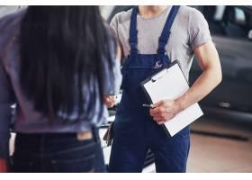 丈夫汽车机械师和妇女客户对汽车的修理进行_9122659