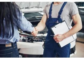 丈夫汽车机械师和妇女客户对汽车的修理进行_9144907