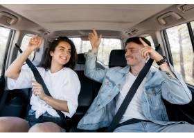 中等射击夫妇跳舞在汽车里面_9685831