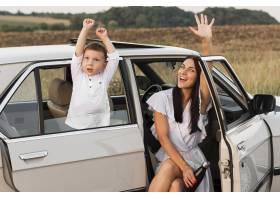中等射击妇女和孩子在汽车_10515651