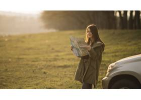 中等射击妇女阅读地图_7553644