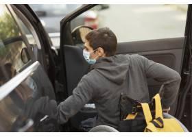 中等射击残疾男子戴着面具_11401540