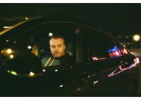 坐在汽车的人在晚上_15275181