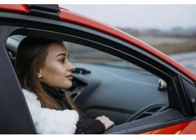 坐在汽车的妇女侧视图_11055313