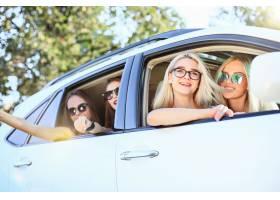 坐和微笑的汽车的少妇室外生活方式旅行_9480181