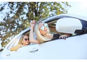 坐和微笑的汽车的少妇室外生活方式旅行_9480184