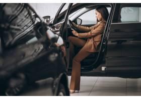 坐在汽车的年轻女商人_8828127