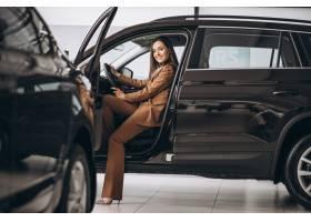 坐在汽车的年轻女商人_8828128